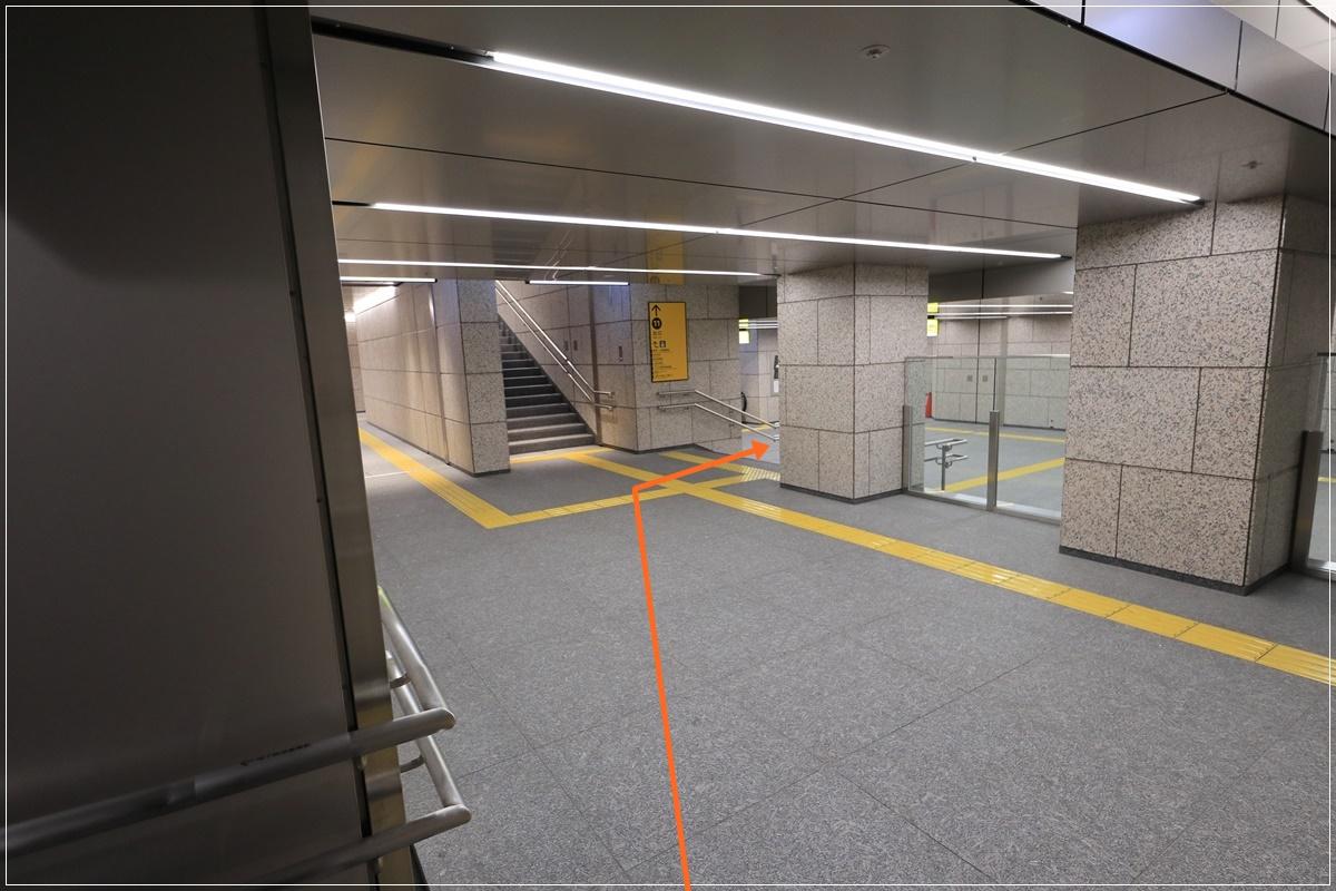 11号出口(階段付近)※左手奥にエレベーターもあります