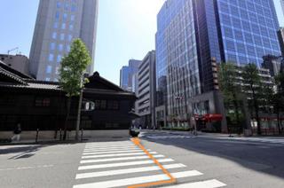 「道修町1」の交差点を東(左手)に渡ってそのまま直進